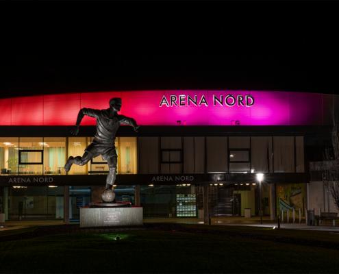 Arena Nord, sports- og kulturcenter beliggende i Frederikshavn, indviet i 2005 Harald Nielsens Plads 9, 9900 Frederikshavn Foto plakat af Arena Nord Frederikshavn Statue af Harald Nielsen Guld-Haralds Bronze skulptur, foto og plakat af Frederikshavn og kunst af Nordjylland