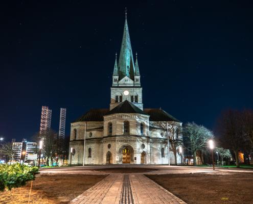 Frederikshavn Kirke er en kirke, beliggende i Frederikshavn by, indviet den 23. oktober 1892. foto og plakat af Aalborg og kunst af Nordjylland Speciel lavet plakat i mange størrelser og unikke størrelser og motiver af Aalborg, Frederikshavn og Nordjylland julebelysning havn