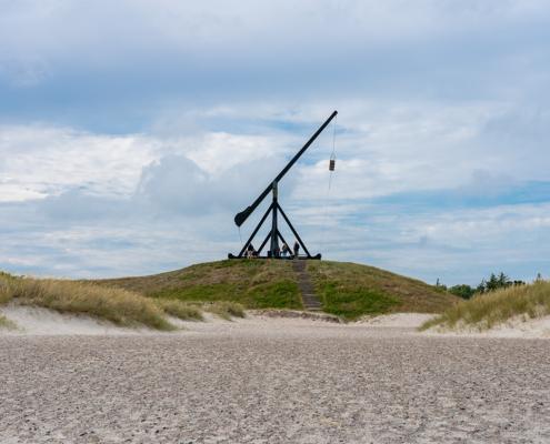 Skagens Vippefyr er et fyr beliggende i Skagen i Vendsyssel. Det oprindelige vippefyr, der er det første af sin art i Danmark, blev bygget i 1627. foto og plakat af Skagen og kunst af Nordjylland Speciel lavet plakat i mange størrelser og unikke størrelser og motiver af Aalborg, Frederikshavn og Nordjylland